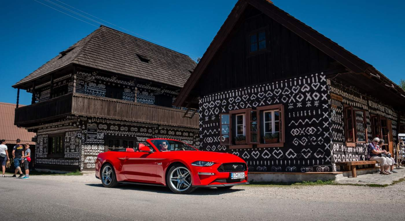 Cestopis Ford Mustang Convertible na cestách II. Triedy
